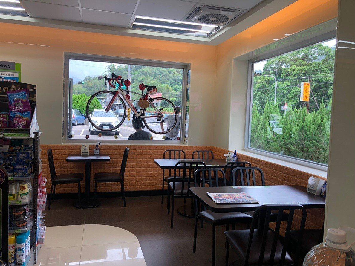 全家便利商店苗栗獅潭店直接把競賽型自行車豪邁的掛上窗戶。圖/全家便利商店提供