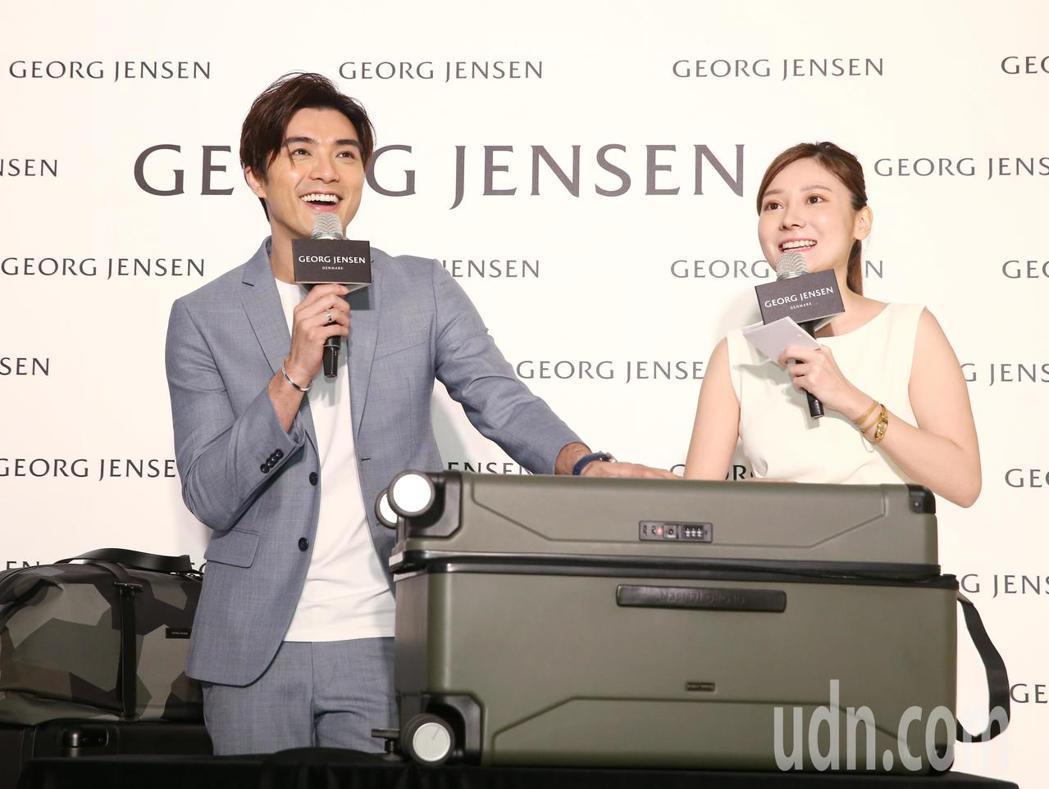 藝人賀軍翔(左)出席行李箱品牌開幕,並提到軍綠色行李箱很符合他在新戲中飾演的雇傭
