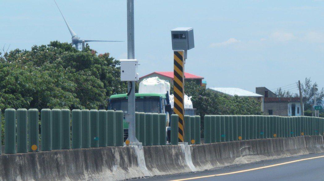 台61線西濱快速公路97.55公里苗栗縣後龍鎮大山路段,新設測速照相固定桿6月啟...