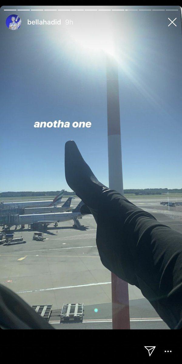 人氣名模貝拉哈蒂德近日在IG上傳一張自己在候機室等登機的照片,鞋跟處碰到窗戶外的...