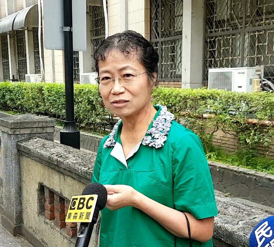 樂團「五月天」貝斯手瑪莎的母親李紫涵被控加重誹謗,一審無罪,高等法院今開庭時,她...