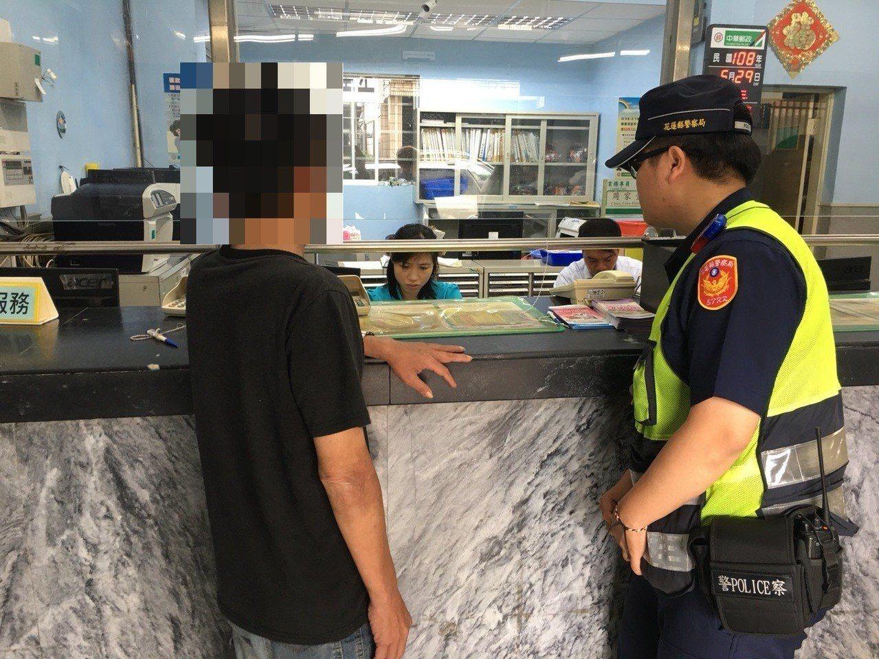 警方趕往郵局櫃台阻詐。記者余衡/攝影