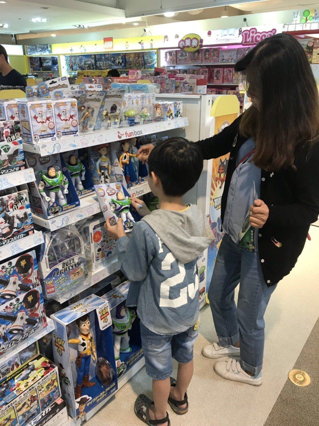 人氣皮克斯動畫「玩具總動員4」將於20日上映,吸引消費者選購相關商品。圖/桃園遠...