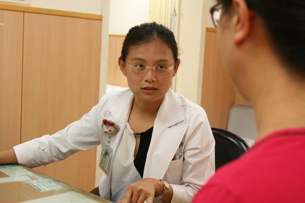 台中慈濟醫院婦產科醫師鍾佩穎提醒,不僅懷孕期間要完全避免酒精,產後的哺乳媽媽不論...
