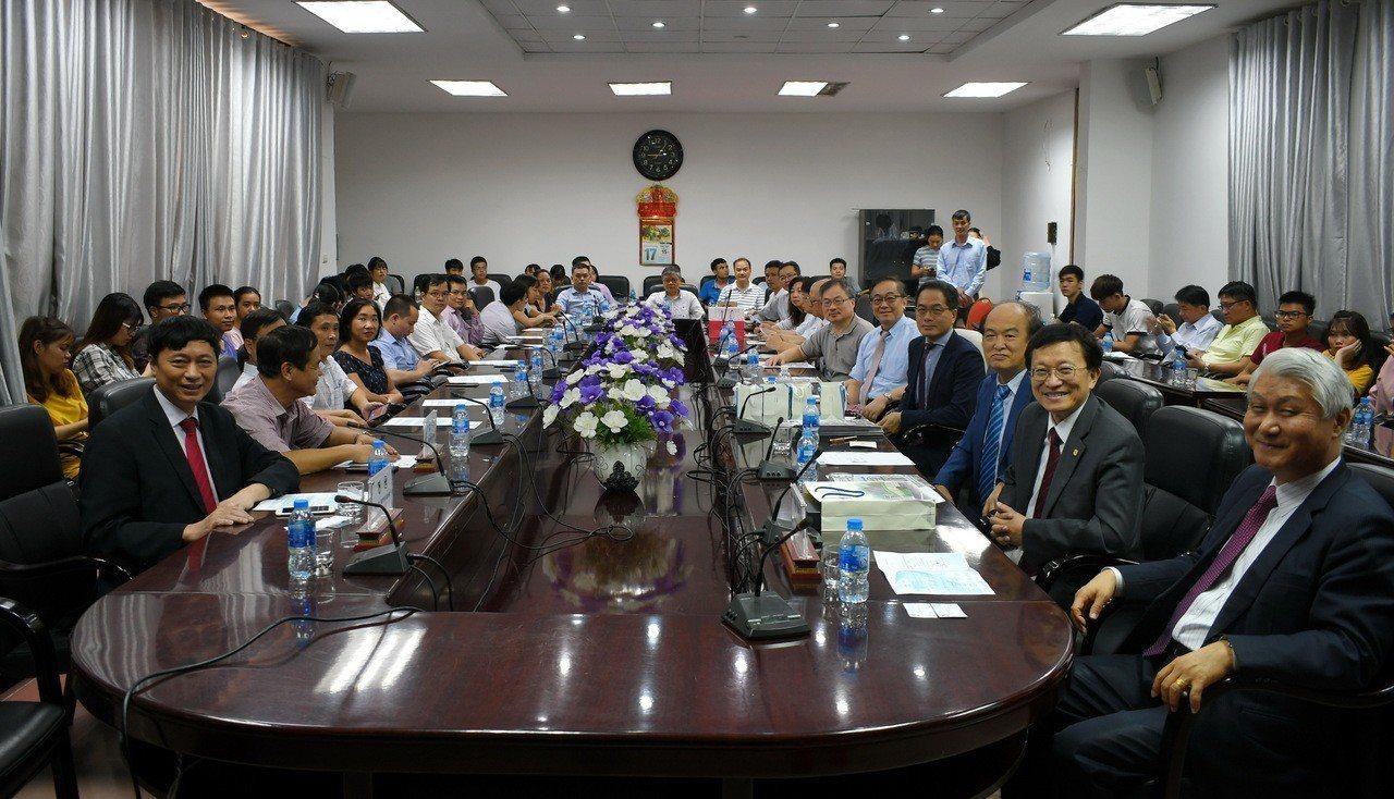 交通大學國際半導體產業學院與越南河內國家大學下屬自然科學大學合作,將於今年8月開...