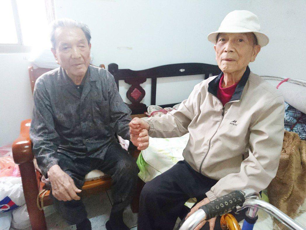 宜蘭縣一對蔡姓兄弟,哥哥蔡中茂(右)今年86歲,弟弟蔡木火83歲,租屋住在頭城鎮...