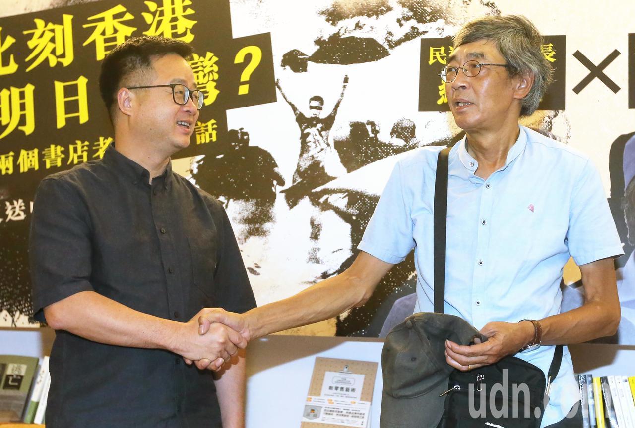 民進黨秘書長羅文嘉(左)今天與流亡在台的香港銅鑼灣書店店長林榮基(右),進行兩個...