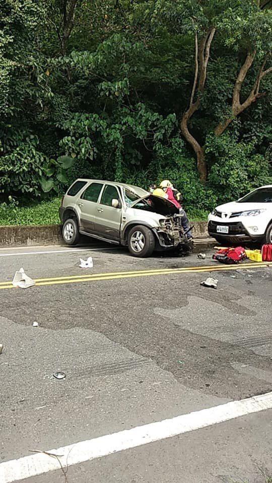 台九線南迴公路,發生貨車與轎車對撞翻覆事故,目前雙向不通。圖/翻攝自臉書《就是愛...
