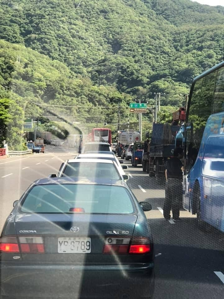 台九線南迴公路,發生貨車翻覆事故,目前雙向不通。圖/翻攝自臉書《就是愛台東》