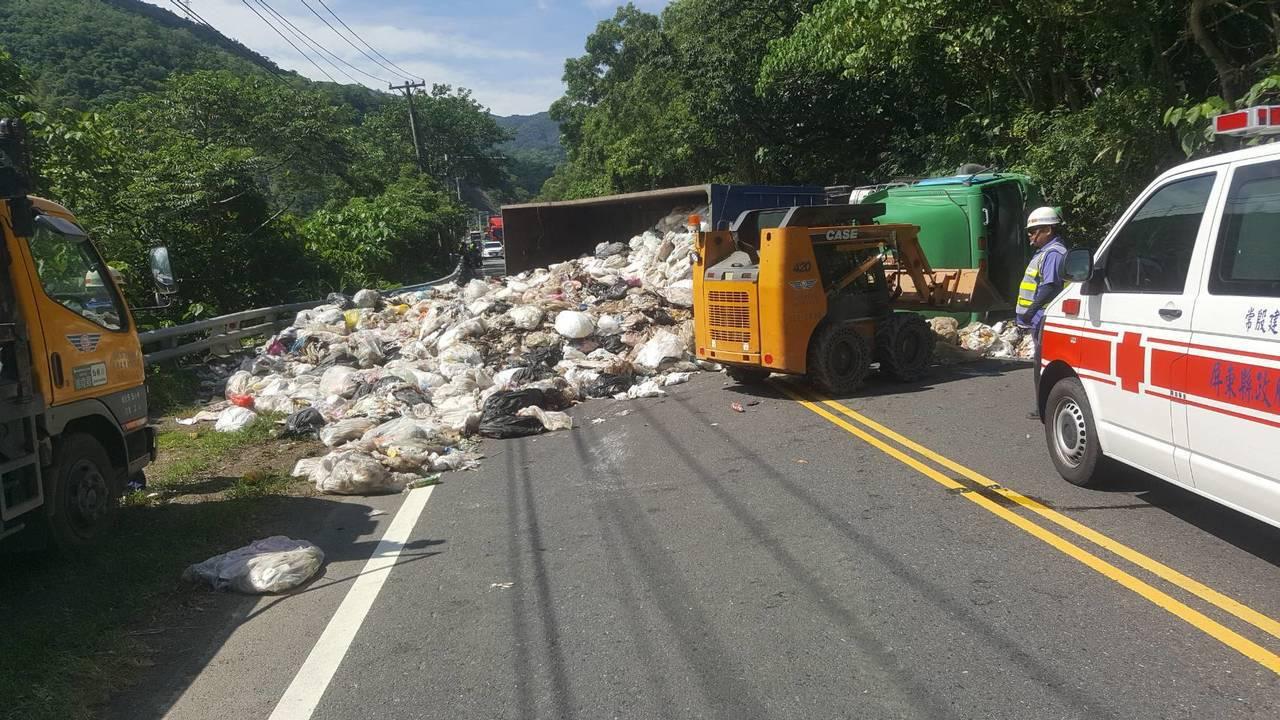 貨車翻覆裝載垃圾也散落路面。記者江國豪/翻攝