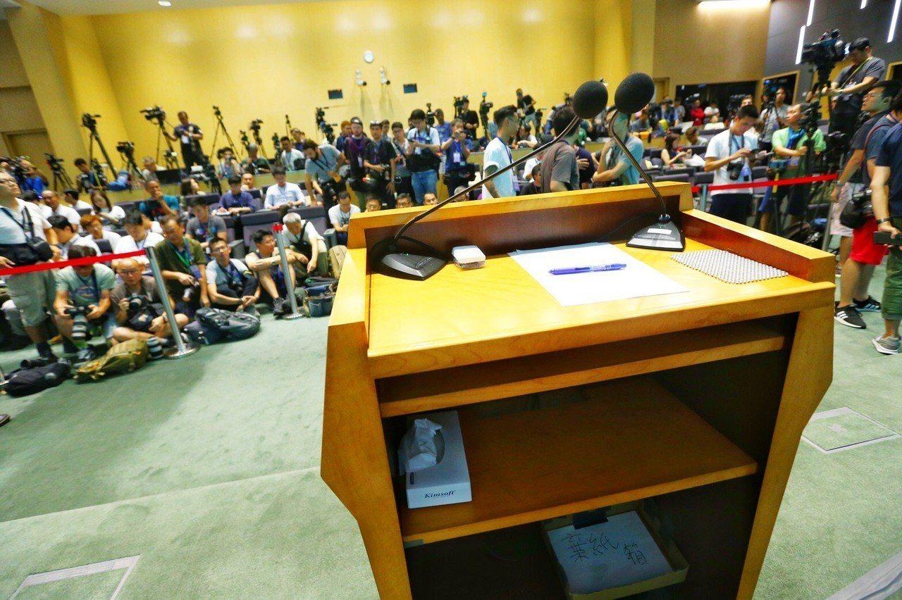 香港行政長官林鄭月娥出說明前,現場媒體發現,講台已預先放置好幾張面紙和衛生紙盒。...