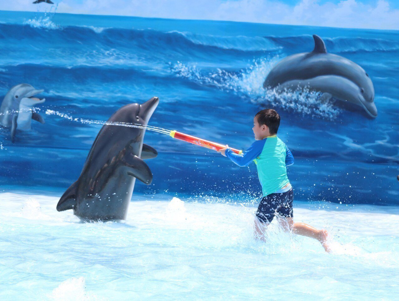 花蓮遠雄海洋公園「海豚3D戲水池」開放,讓小朋友開心玩水。圖/遠雄海洋公園提供