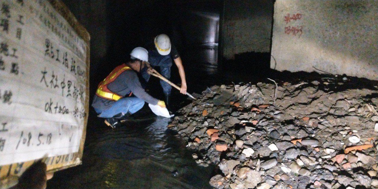 高市府公布岡山、大社、阿蓮等地的溝渠清淤照片,證實很多溝渠淤積情形嚴重,市府必須...
