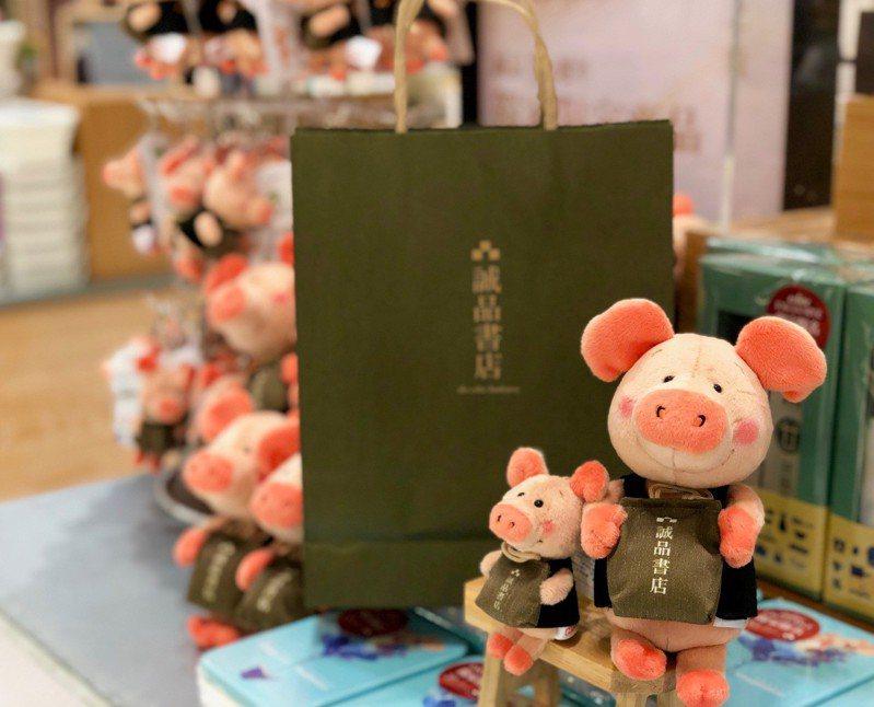 誠品30周年聯名設計,德國NICI小豬威比化身超萌誠品書店職人。