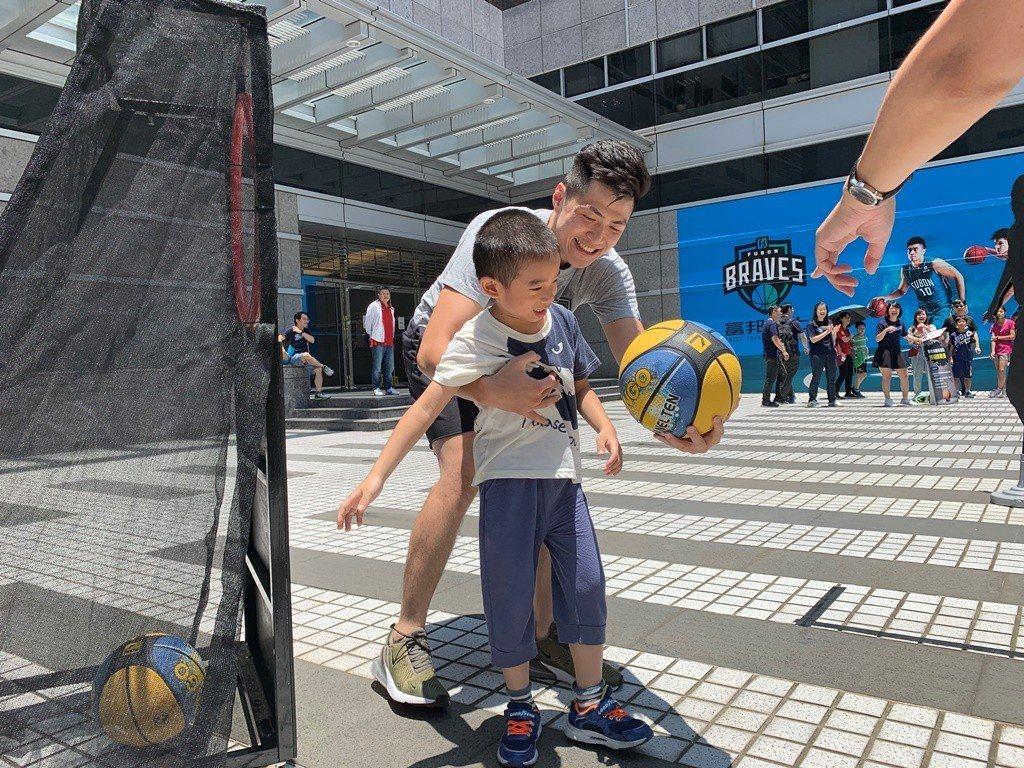 勇士隊球星蒞臨現場與小朋友同樂。圖/台北富邦銀行
