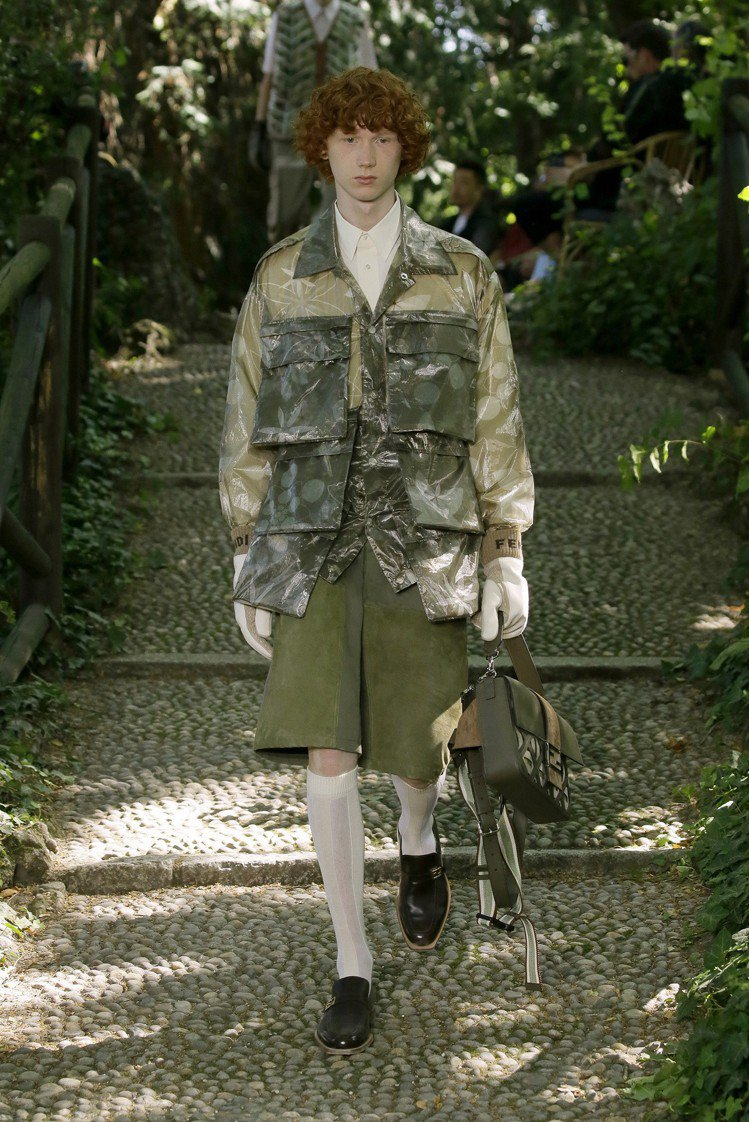 層疊口袋的靈感來自工作服,時髦腰包則轉變為可提式設計。圖/FENDI提供