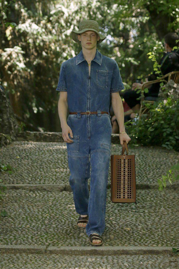 簡約的丹寧布工作服,有粗獷迷人的男人味。圖/FENDI提供