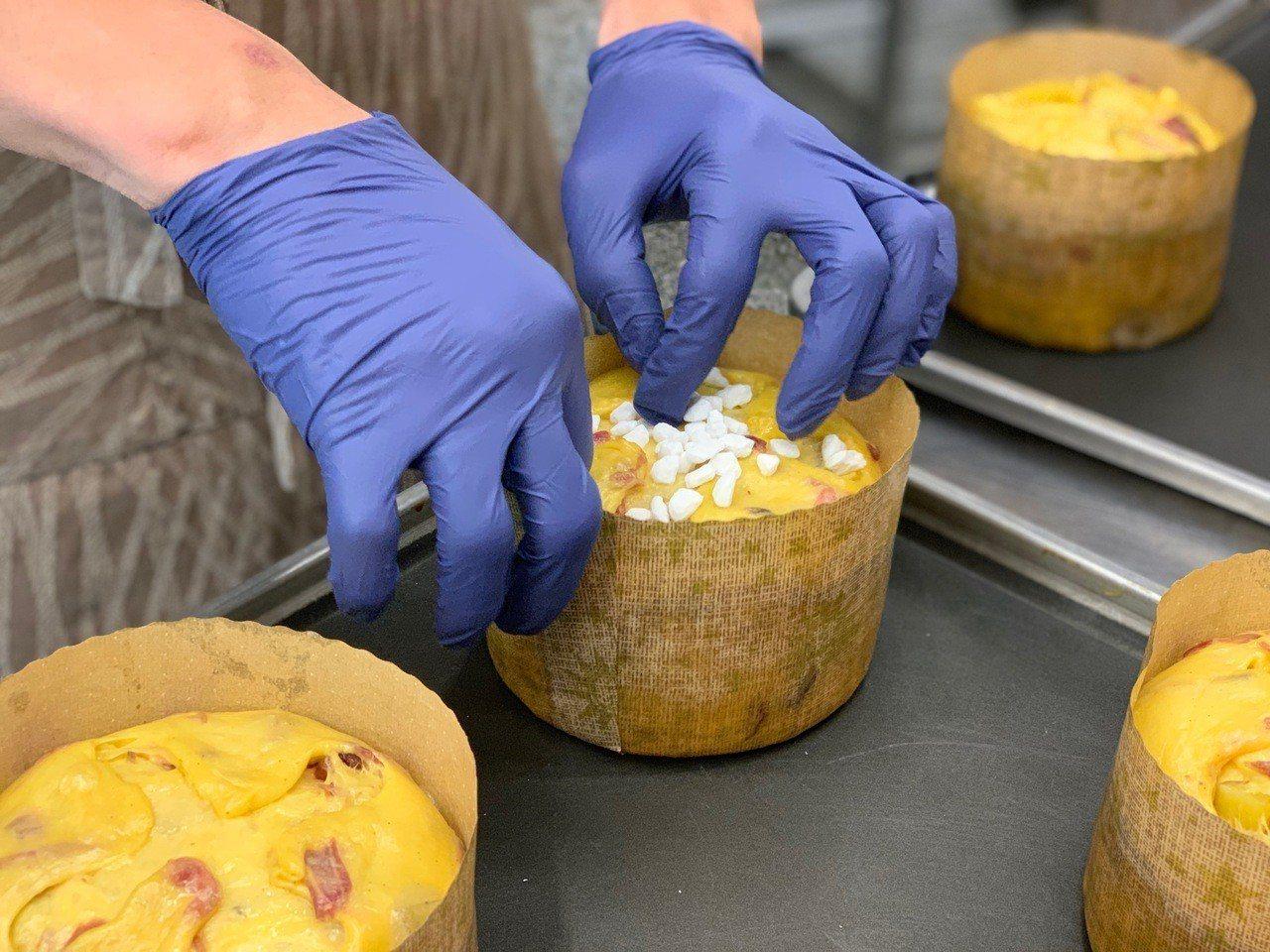 「新天堂麵包」將花蓮在地洛神花乾混入麵團。記者張芳瑜/攝影