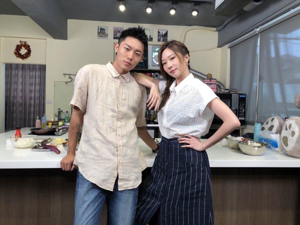 張景嵐(右)、Justin主持「最餓廚房」默契越來越好。記者袁子梁/攝影
