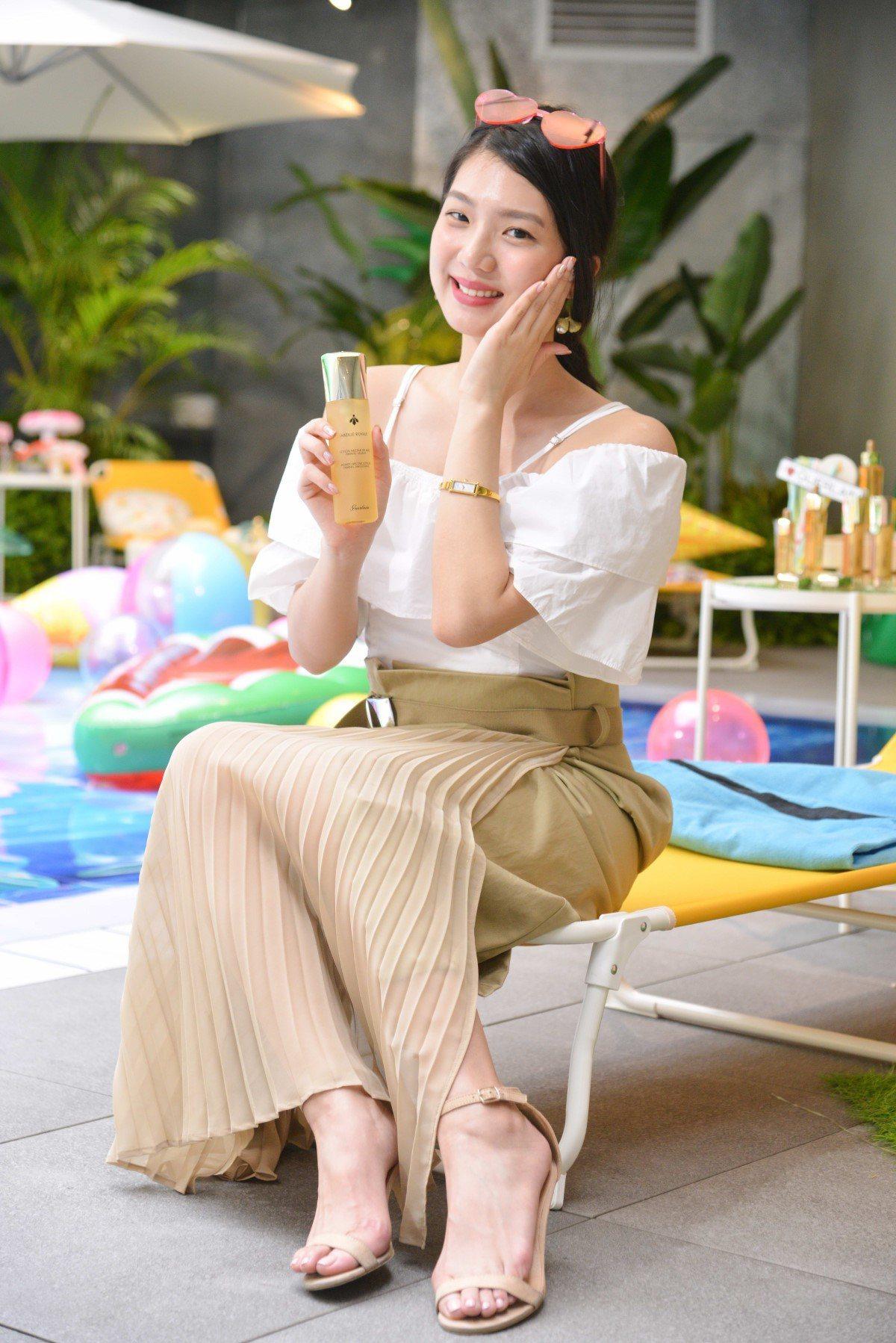嬌蘭教女性,上妝前使用皇家蜂王乳蜜露,馬上強化保濕。圖/嬌蘭提供
