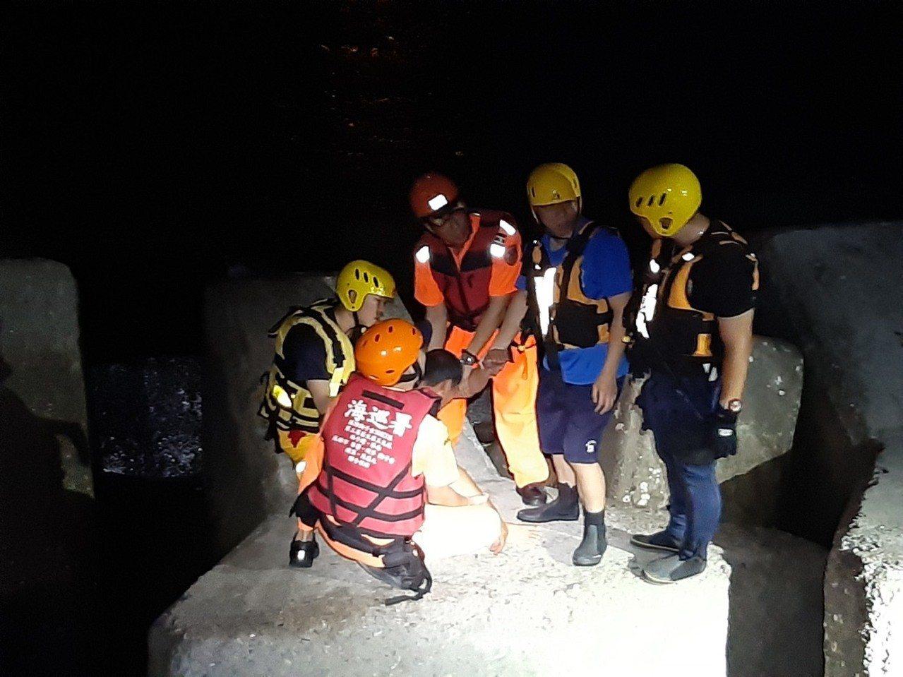 屏東縣一男子昨晚到鹽埔漁港防波塊上飲酒,路過民眾認為他欲輕生。海巡署南部分署第五...