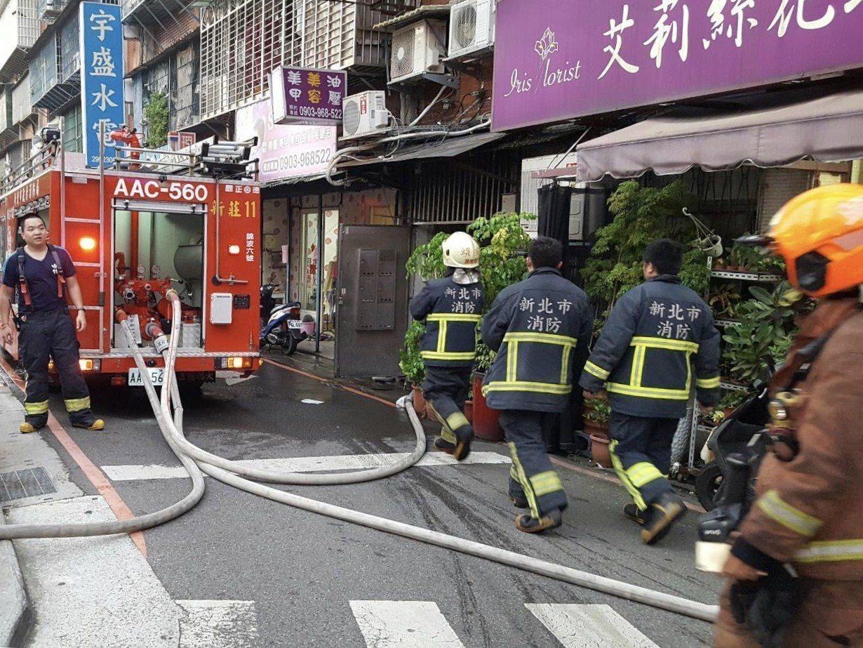 煮晚餐卻意外引火上身,老婦燒傷被送醫急救,現場多輛消防車前往救援。圖/現場民眾提...