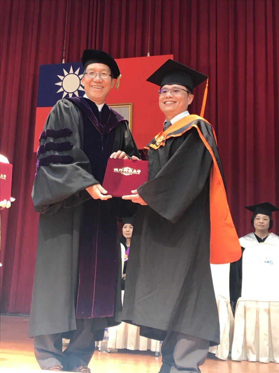 健行科大校長李大偉(左)相信畢業生在學校受到的專業訓練及待人處世的教育,到社會上...