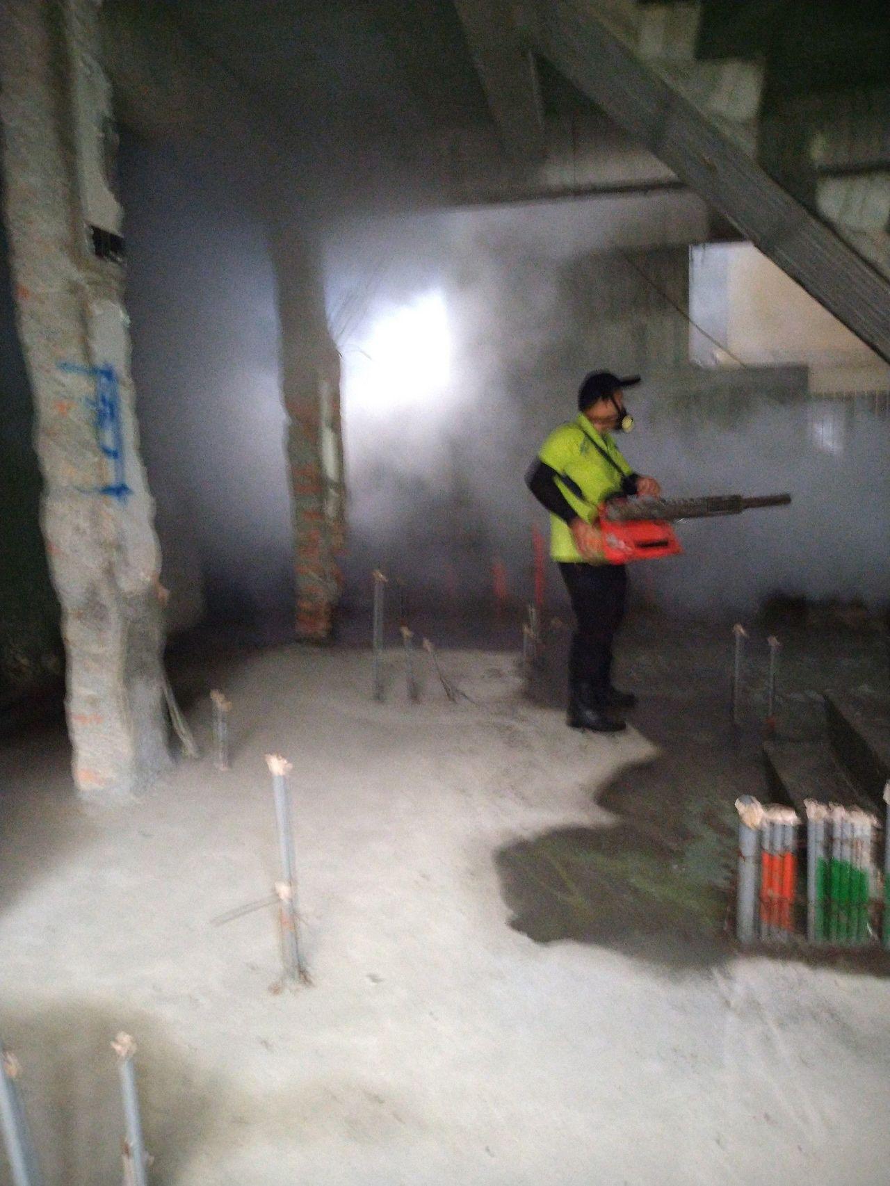 衛生人員到本土登革熱疫情警戒範圍,進行地毯式強制孳生源檢查及緊急防治噴。圖/高雄...