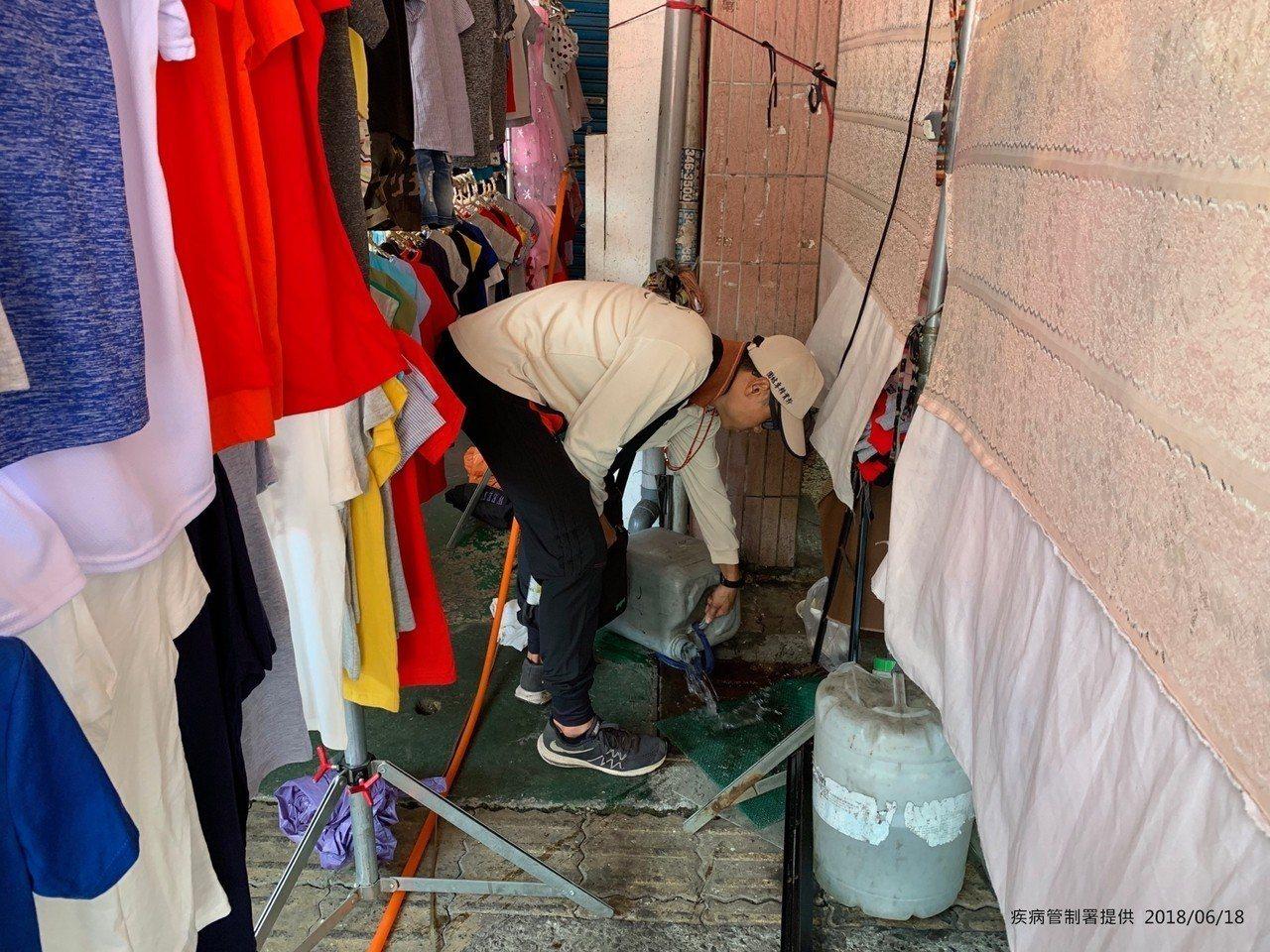 疾管署防疫人員前進高雄市三民區金獅湖市場查核病媒孳生源。圖/疾管署提供