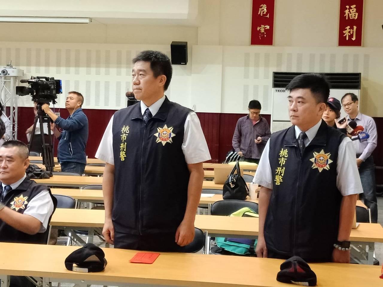 桃園市警局刑事小隊長王強生(站立左)、洪俊德(右),在人質挾持事件中冒險談判奏功...