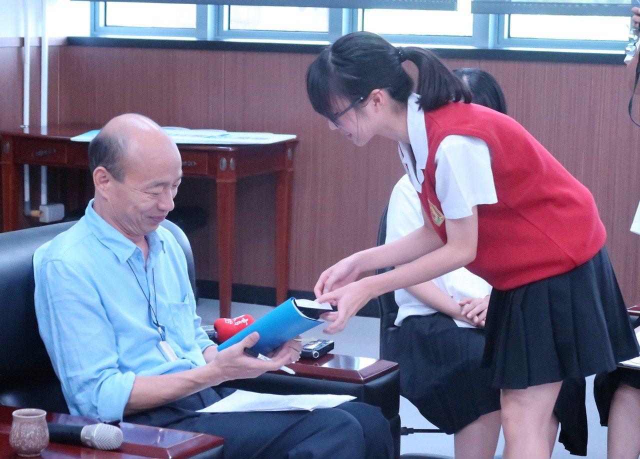 雄女學生把握機會索取市長韓國瑜簽名。記者徐如宜/攝影