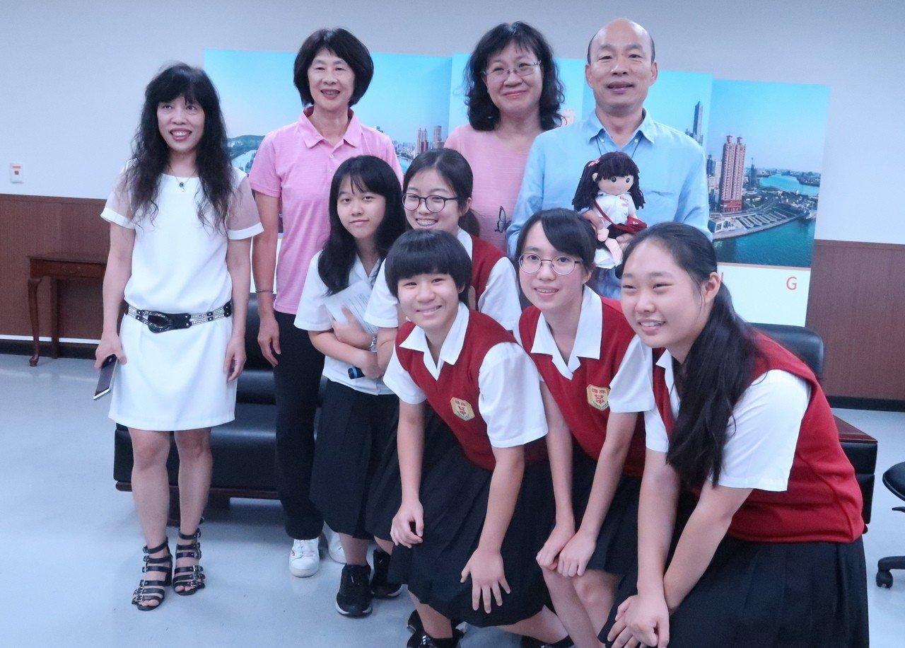雄女團隊贈送可愛的雄女娃娃給市長韓國瑜,開心合影。記者徐如宜/攝影