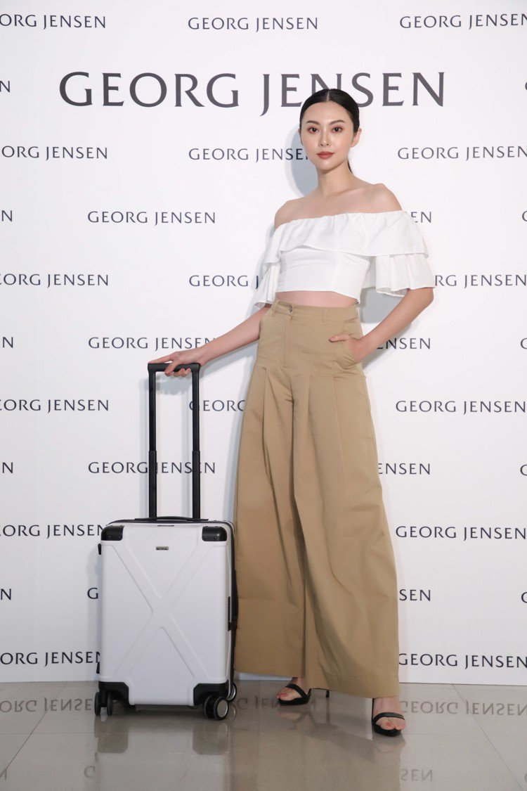 模特兒演繹Georg Jensen INFINITY 20吋 白色聚碳酸酯登機箱...