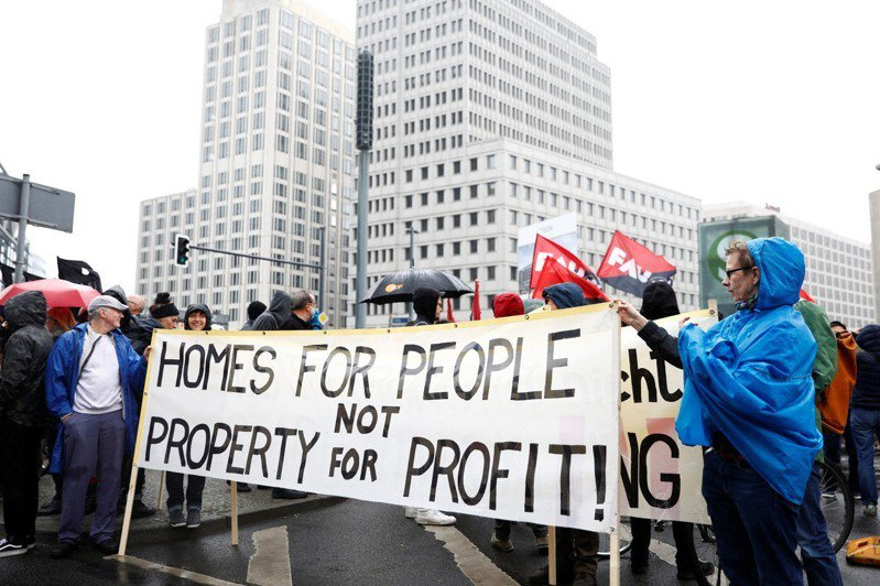 德國主要都市房租飆漲,民眾怨聲載道已久,圖為柏林民眾去年4月上街抗議,手持寫著「房子是給人住的,不是營利的」標語。(路透)