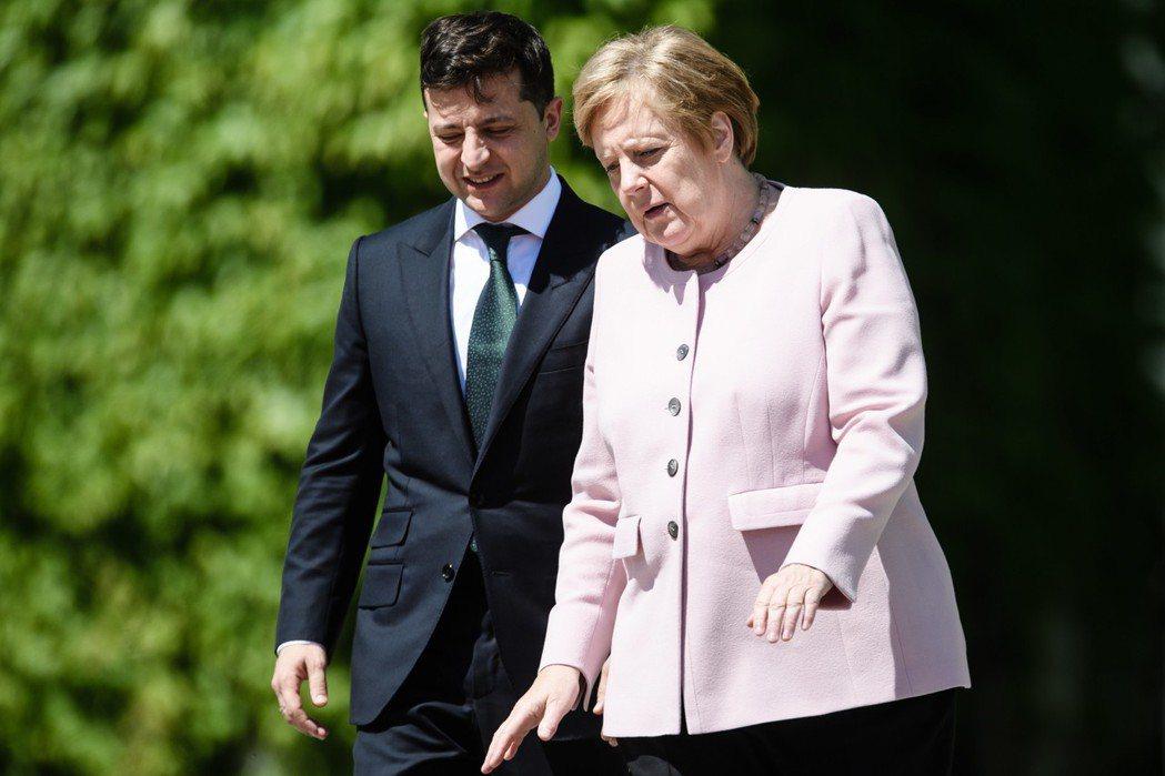 德國總理梅克爾(右)18日在柏林以軍禮迎接到訪的烏克蘭總統澤倫斯基(左)。(歐新...