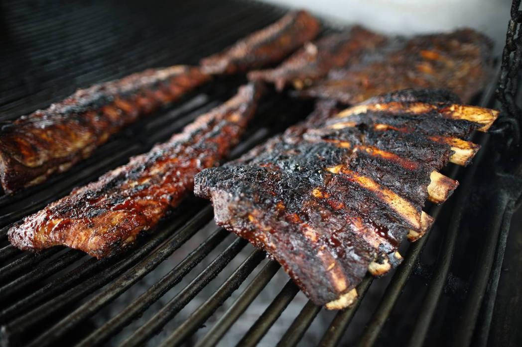 美國連鎖餐廳徵求「燒烤長」,負責找出全美最好吃的肋排。(路透)