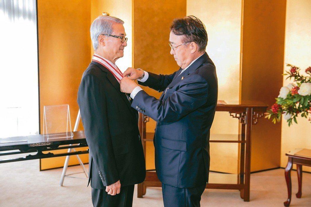 新光醫院董事長吳東進(左)因為促進台日醫療領域交流,致力推廣日本文化,獲頒「旭日...