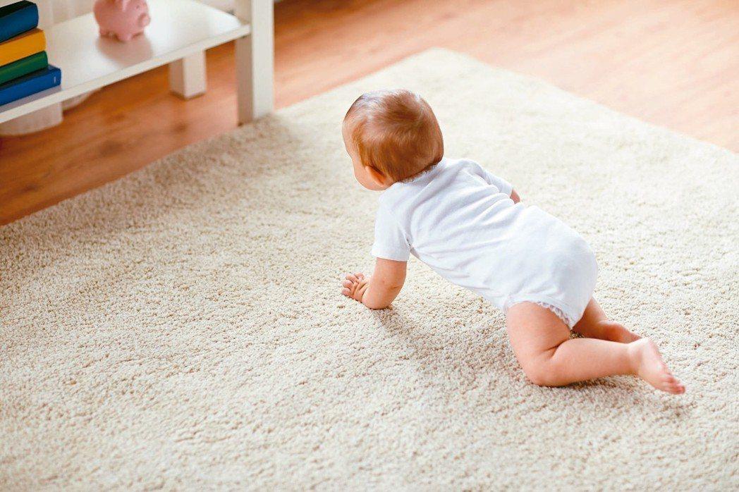 孩子看起來總是懶洋洋,走、坐、爬的速度比較慢,可能是肌肉張力低。 圖/123RF