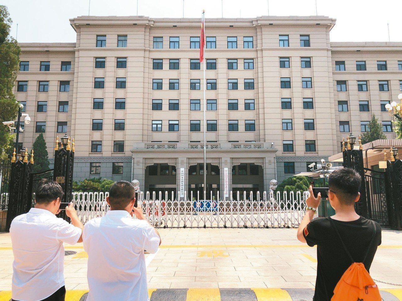 中國鐵路總公司改制成立中國國家鐵路集團有限公司,18日在北京正式掛牌。圖為市民在...