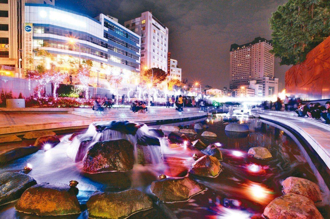 台中柳川夜色如畫,節慶燈光秀成為打卡熱門景點。 圖/陳逢時提供