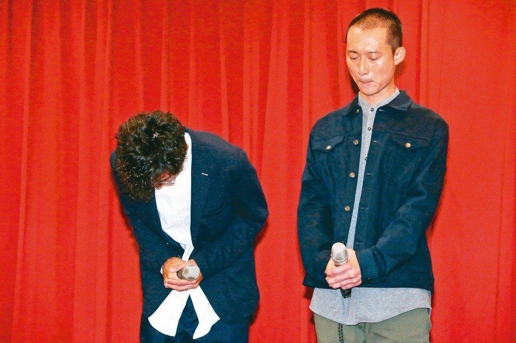 阿翔(左) 為車吻謝忻風波鞠躬道歉。浩子(右)陪著阿翔,表情嚴肅。 記者林俊良/...