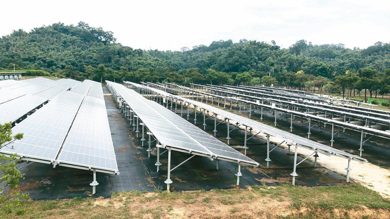 台南市政府推動綠電逐漸展現成果,圖為工研院在台南六甲院區架設光電板種電情形。 圖...