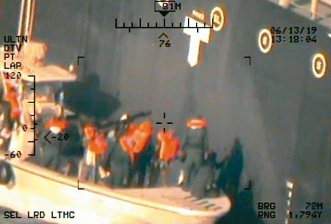 美國國防部十七日發布據稱是伊朗革命衛隊人員從日本油輪「國華勇氣號」移除水雷的照片...