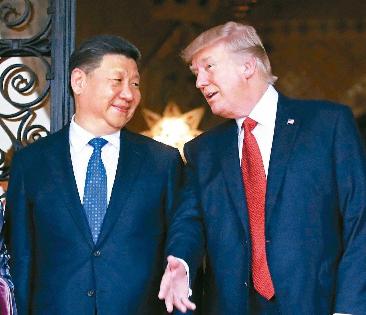 圖為大陸國家主席習近平(左)前年訪問美國總統川普佛州海湖莊園。 (美聯社)