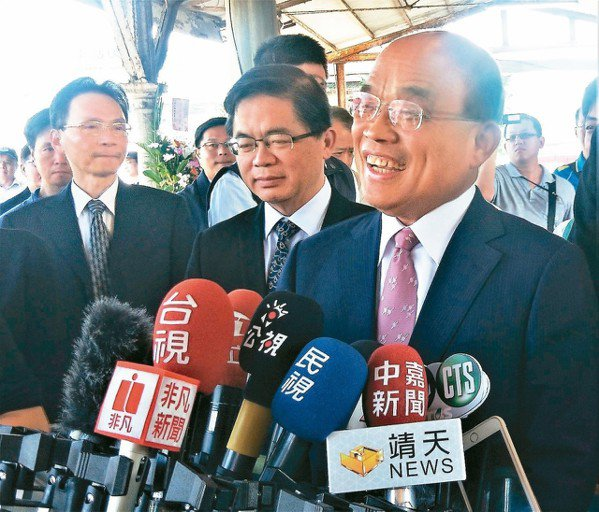 行政院長蘇貞昌(右)昨酸韓國瑜連一隻蚊子都治不好,還要到處趴趴走,說要治國,這會...