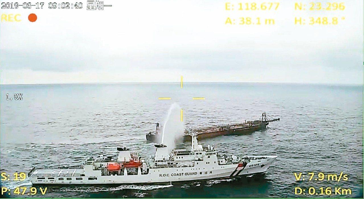 海巡署的UAV旋翼型無人飛行載具,十七日發揮偵搜功效,輔助高雄艦在澎湖海域驅離大...