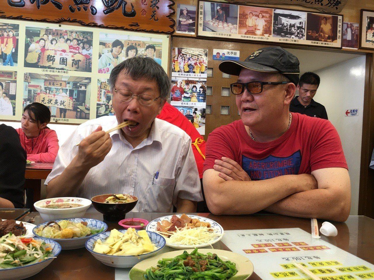 台北市長柯文哲(左)今天南下雲林拜訪凱校同學、參訪企業,第一站就先到斗六品嘗知名...