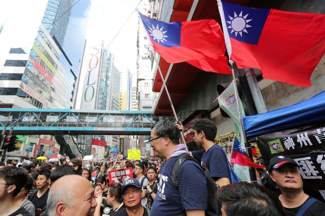 香港十六日的「反送中」示威遊行,可以看到中華民國國旗。(路透)
