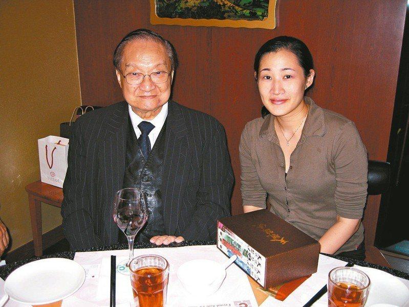 鄭丰(右)曾帶著她的作品「天觀雙俠」去見金庸大師,感謝金庸小說帶給她的激勵和啟發。 圖/鄭丰提供