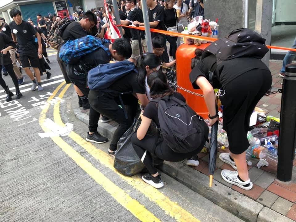 有參與反送中遊行的網友說,在路上不時看見有學生及其他有心人自發撿垃圾。 (取自臉...
